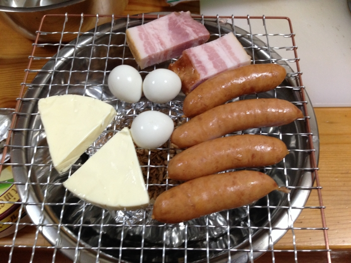 燻製の食材を並べる