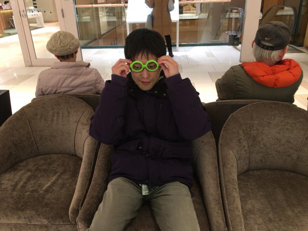 不思議なメガネをかける松田