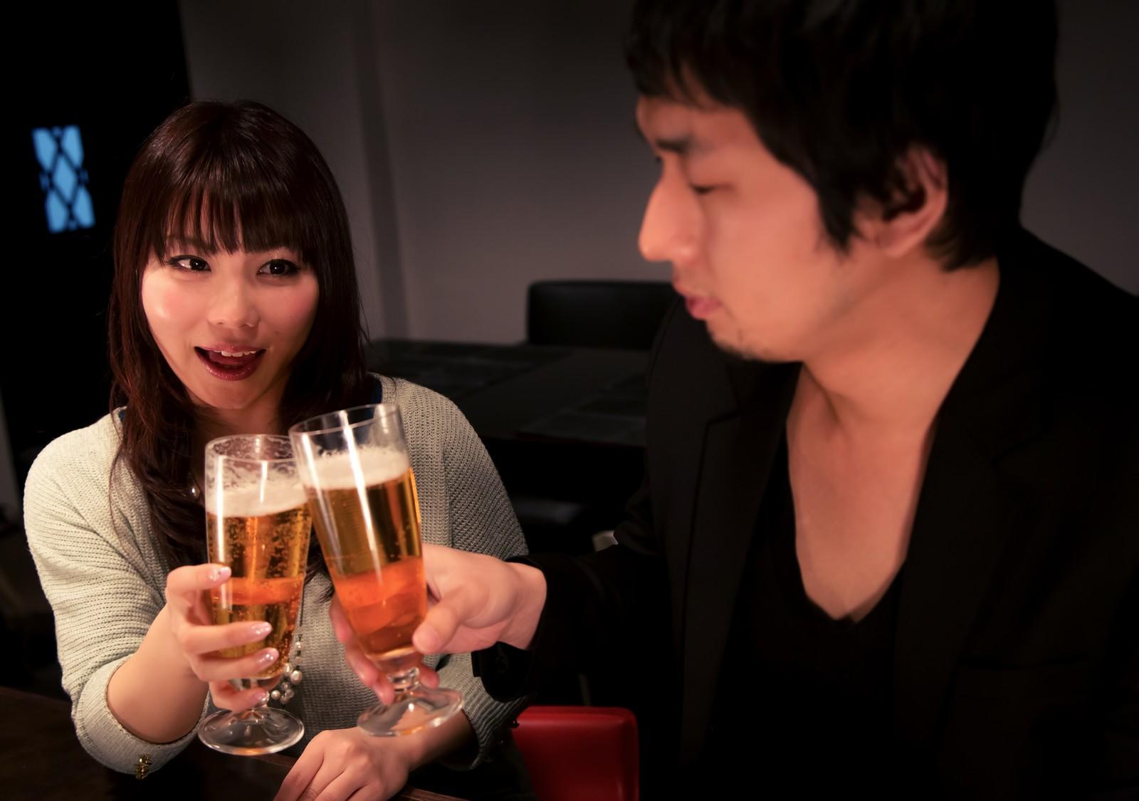 ビールで乾杯する男女