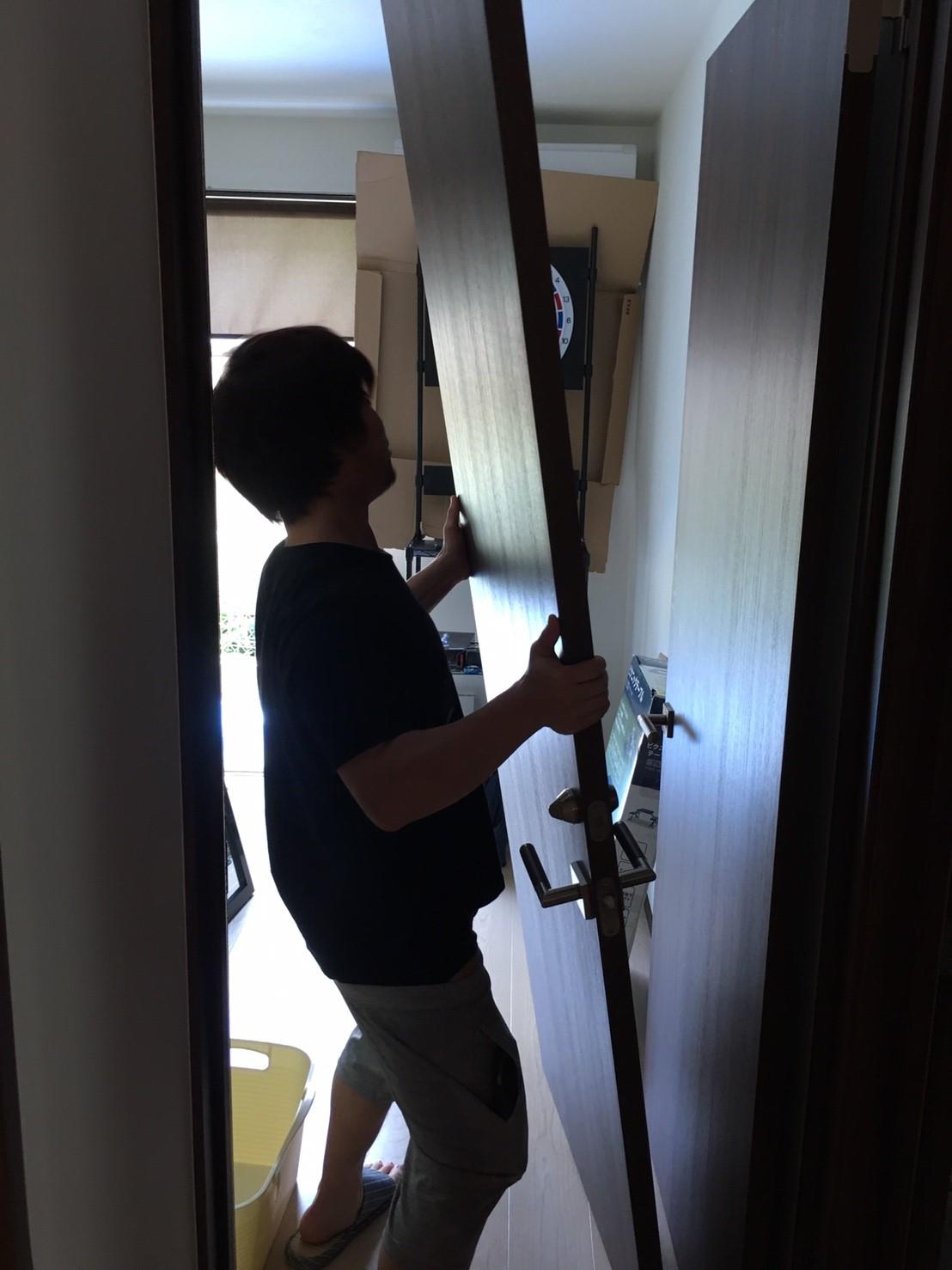扉を運ぶ周太郎氏2