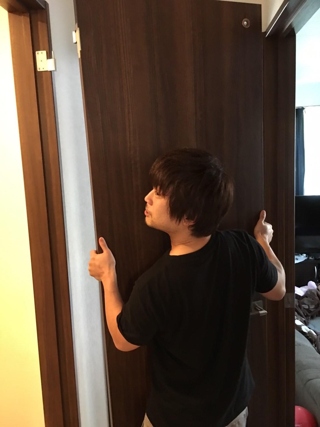 扉を運ぶ周太郎氏1