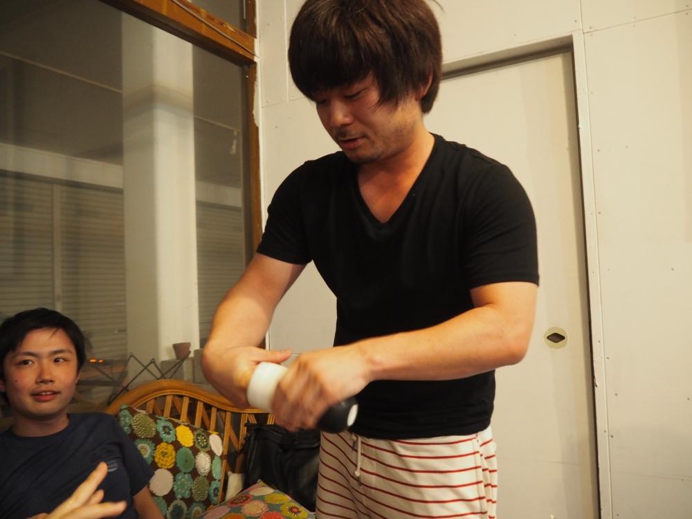 Nちゃんに指の入れ方を教える周太郎氏