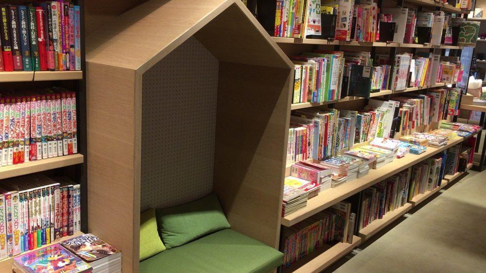 本棚の間に座る場所が。