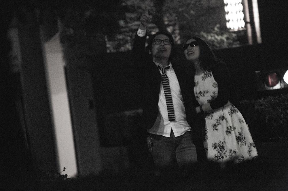 妻以外の女性と夜の街を歩く男
