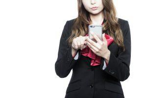 携帯をいじる女性
