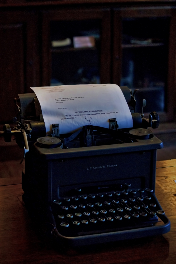 パソコンの代わりにタイプライターでプロフィール文章を書く図