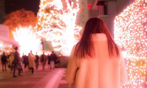 クリスマス一人で歩く女性