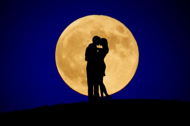 キスしている男女