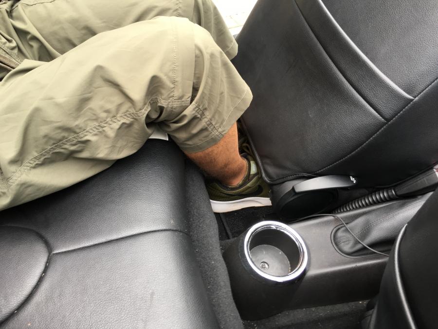 後部座席足元
