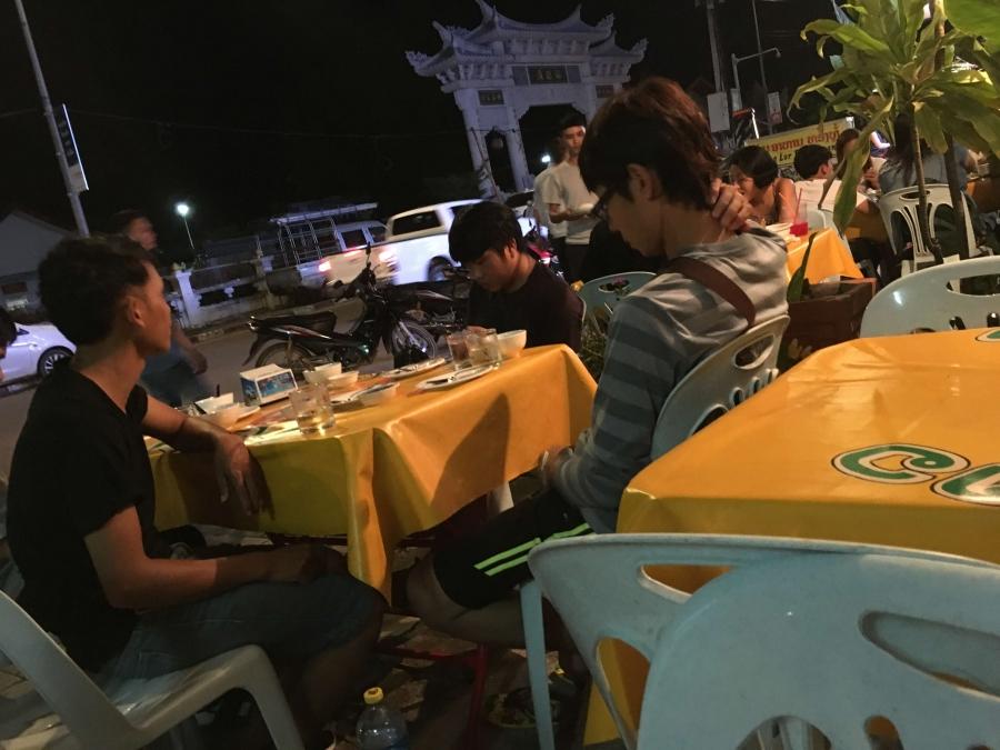 ラオスのオープンエアのレストラン