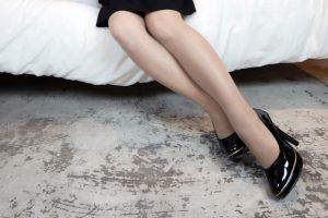 ストッキングをはいた綺麗な女性の足