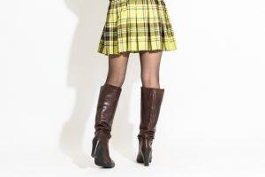 ストッキングを履いたスカートの女性