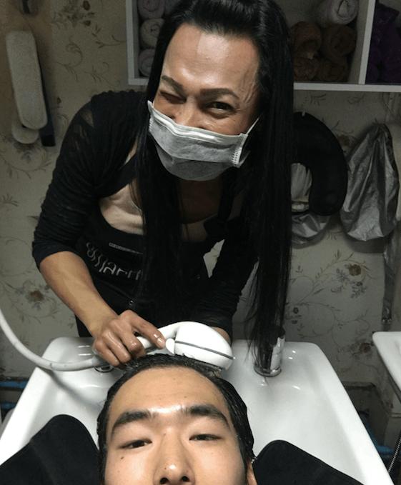 ウインクをするオカマ美容師