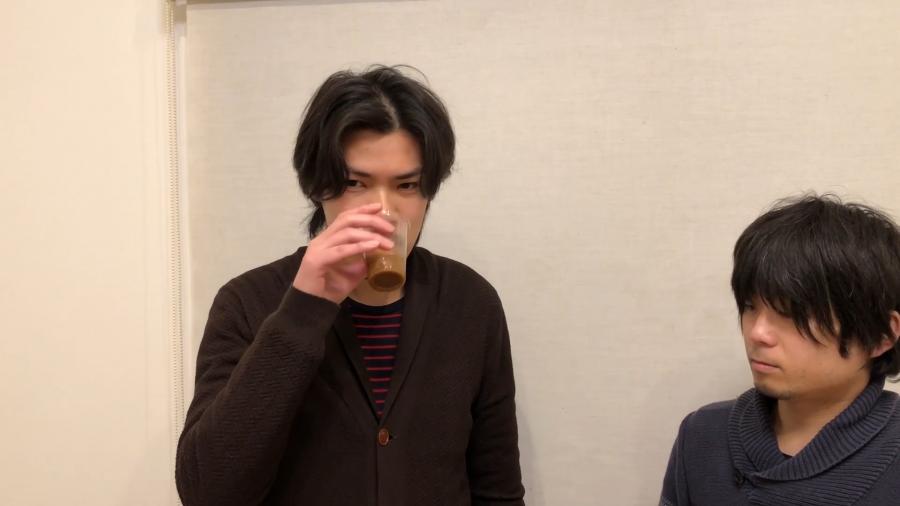ボス贅沢微糖を飲む浅田さん
