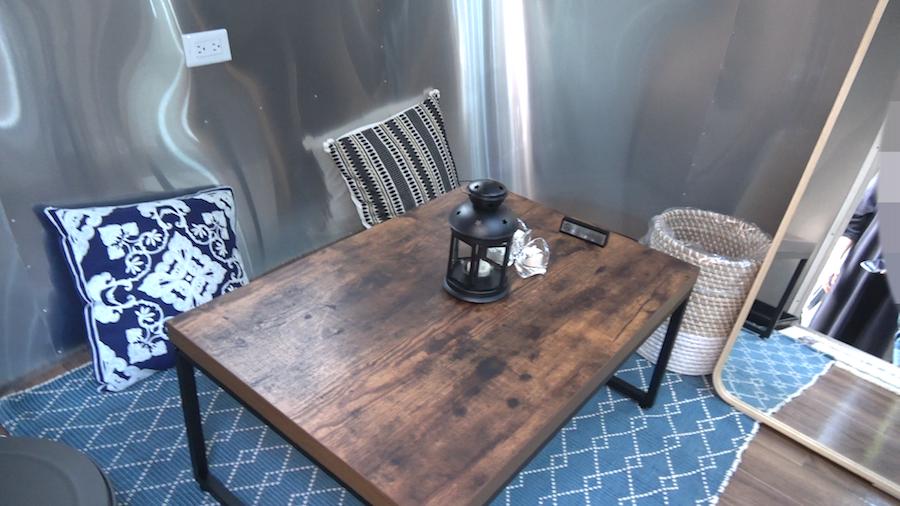 トレーラーハウス内のローテーブル