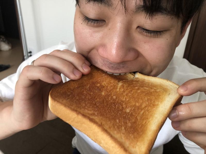 通常のトースターのパンを食べる