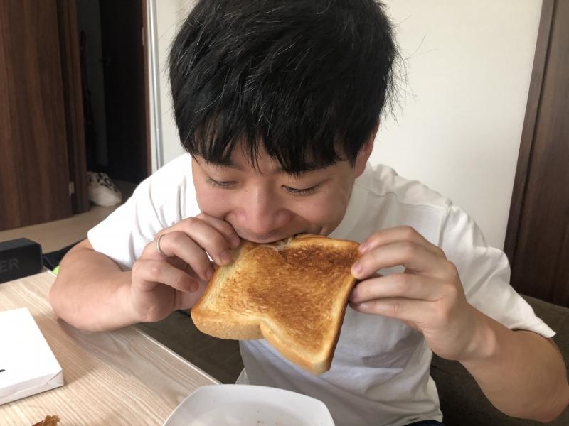 バルミューダトースターで焼いたパンを食べる